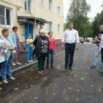 Денис Лебедев проверил ход благоустройство двора