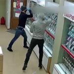 серии грабежей из салонов сотовой связи