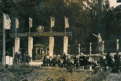 Парадные ворота пионерского лагеря «Ленинец»